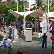 海辺の広場で音楽ライブが行われていました