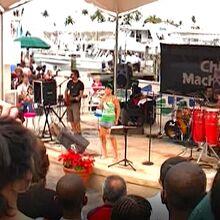 広場で行われていた音楽ライブ