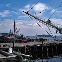 ルーネンバーグ港に停泊中の帆船