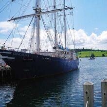 大きな帆船が波止場に停泊