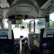 バスの車内。