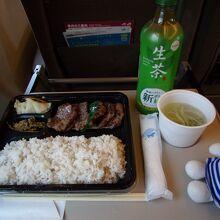 牛たん弁当(テールスープ付)3枚6切、1,600円(税込)。