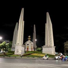 民主記念塔 (アヌサーワリー プラチャーティパタイ)