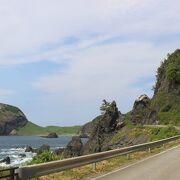 圧倒的な存在感のある巨大な岩