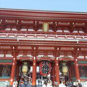 浅草の浅草寺の本堂前の門です。