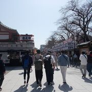 浅草の浅草寺に参道が今は魅力的な通りになっています。