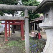 小さい神社で隣には稲荷神社があった