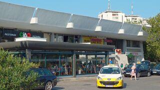 人口15万人の首都ポドゴリッアのこぢんまりしたバスターミナル