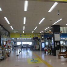 両津港ターミナル内、待合場所にある食堂です。
