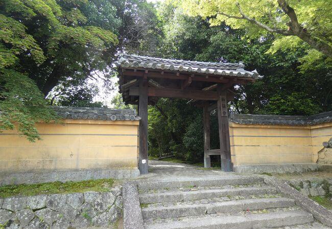 平城京の西方・秋篠の里に建つ古刹