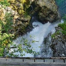 下流口の木橋の下を流れ落ちるシューム滝