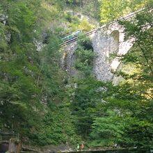 渓流をまたぐ鉄道橋