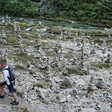 河原に林立するケルン