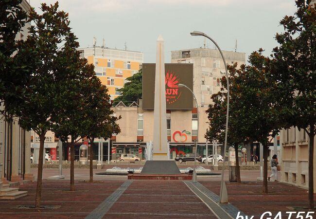 退屈な首都の中心にある普通の広場