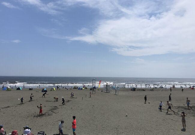 今年は海の家も出て夏を迎える鵠沼海岸