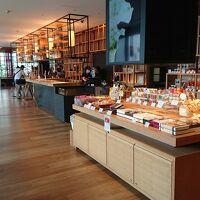 1階カウンターの横がお土産と喫茶コーナーです