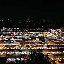 タラート ロットファイ ラチャダー (ラチャダー鉄道市場)