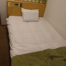 ベッドは程よい硬さ