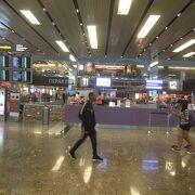 空港内の土産店は高いが吟味できる