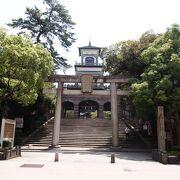 神社と思えぬ門
