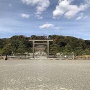 京で生まれて、京 で育った、最後の天皇の陵墓。