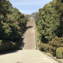 駐車場から明治天皇陵に向かう大階段