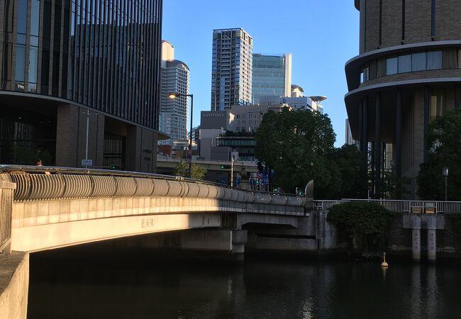 オフィス街に架かる橋