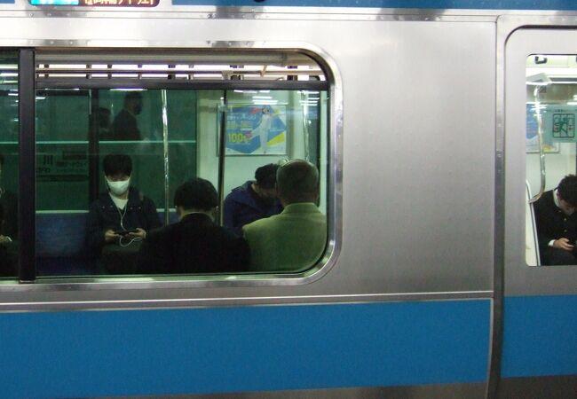 品川駅のホームが分かれて不便