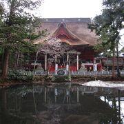 三神合祭殿の前にある神聖な池