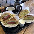 大きなクロワッサンが特徴のカフェ