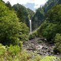 平湯温泉から坂道を登った場所にある、なかなか見応えのある滝。滝近くまで行けないのは残念。