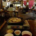 卓上のカセットコンロで焼く「飛騨牛鉄板焼」は、美味しい飛騨牛をアツアツで食べれて超オススメ!
