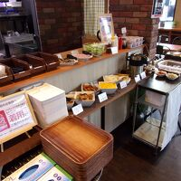 朝食会場の料理のラインナップ。