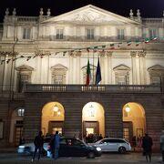 赤と金に彩られたオペラの殿堂