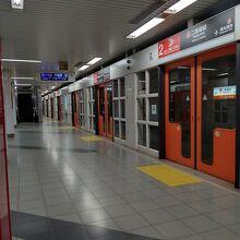 京都市営地下鉄東西線のホームの様子