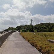 岬に突き出た東屋と灯台