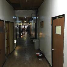 湯治部は廊下の両側に部屋が並ぶ