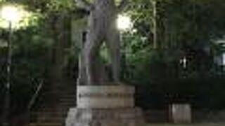 ユルブリンナーの記念碑