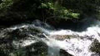 岩肌を流れ落ちる滝です。