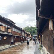 観光客向けではあるけれど、風情のある出格子と石畳が特徴的