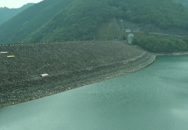 大きなロックフィル式ダム
