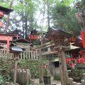 歩いても歩いても山頂が見えず、赤い鳥居の登り道に絶望・・