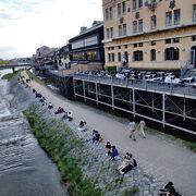 千年前も、四条大橋付近の川辺には人が佇んでいたのでしょうか