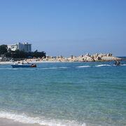 白い砂と透き通った海。9月でも海の中に入れます。