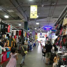 1階の倉庫街みたいな小売店が兎に角面白い!