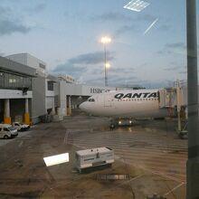 QF146便AKLより国際線ターミナル32番ゲート到着
