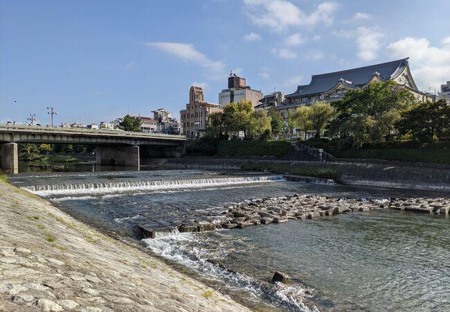 鴨川に架かる四条通の一部である橋