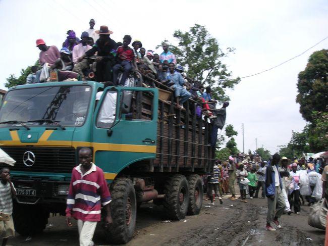 Brazzaville, PointNoire<br />キンシャサからコンゴ川を渡りブラザビルへ。タクシー運転手が冒険的で、いろいろな場所(Ninjaの支配地域、下町Potopoto等)に連れて行ってくれたので楽しめた。反乱軍の攻撃からだいぶたっているのに、鉄道は不通のまま。街中のビルも攻撃のあと。軍人も多いがピリピリした感じはない。国内線飛行機で大西洋側のポワンノワールまで移動。PNはブラザよりも国際線が多く、白人もちらほら。とんでもなく太い木材を大きなトラックが運んでいた。
