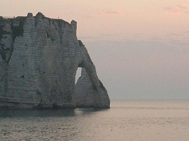 去年2003年フランスは猛暑に襲われ夜になっても30℃を超える日が続いた・・・<br />僕はパリのアパルトマンでウダッテいたのだが夜はセーターが必要よ!!と言うエトルタの友達の誘いで即、車を走らせた。<br />小説にも度々登場する海岸の崖・・・ボルドーとは違って石ころの海岸・・・新鮮でした。