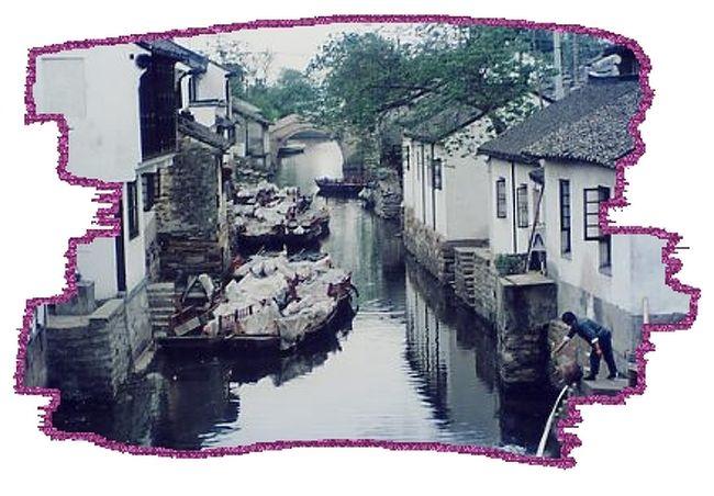 上海の郊外の水郷の街。蘇州に似ているが、蘇州は都合でほとんど写真が撮れなかった。が、ここ周荘は思った以上に雰囲気があり、こじんまりとして親しみのもてる街だった。<br />